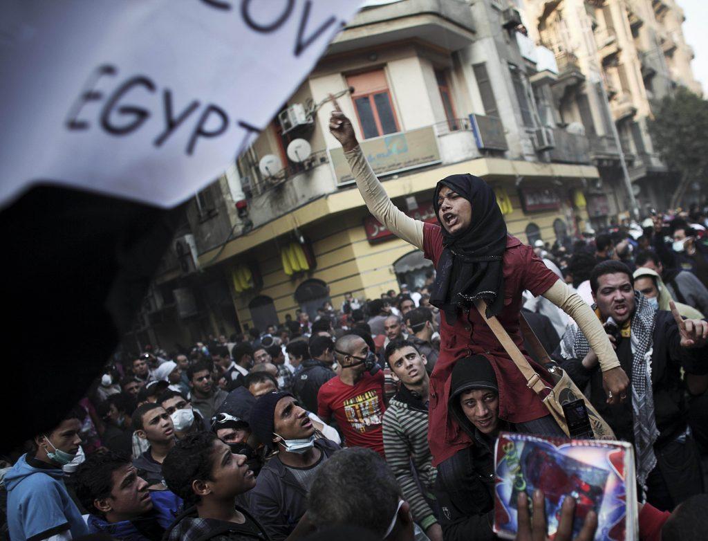 Manifestantes protestan durante enfrentamientos con la policía antimotines de Egipto, que no aparece en la imagen, cerca de la Plaza Tahrir en El Cairo, Egipto, el martes 22 de noviembre de 2011. (Foto AP/Tara Todras-Whitehill)