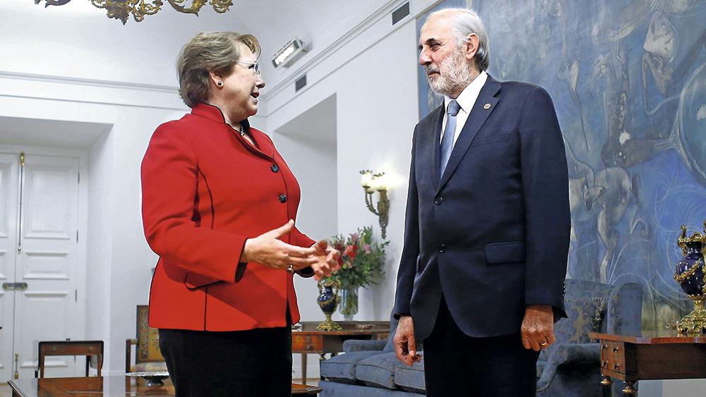 27 de Octubre de 2015/SANTIAGO La Presidenta de la República, Michelle Bachelet  (i), recibe al nuevo Fiscal Nacional, Jorge Abbott (d). La reunión fue realizada en el salón de Audiencias del Palacio de la Moneda. FOTO: PABLO VERA LISPERGUER/AGENCIAUNO